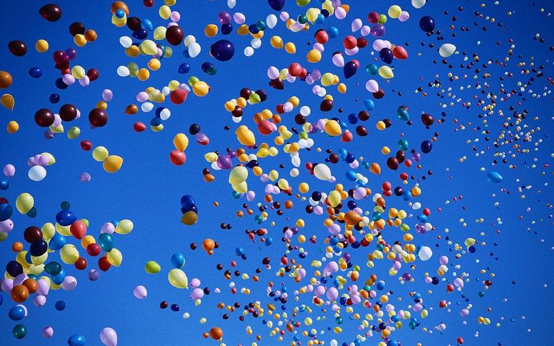 Гелиевые шарики в небе